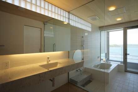 SEE  SEA  HOUSE  (海が見える家): MITSUTOSHI   OKAMOTO   ARCHITECT   OFFICE 岡本光利一級建築士事務所が手掛けた浴室です。