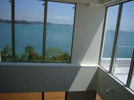 Ventanas de estilo  por MITSUTOSHI   OKAMOTO   ARCHITECT   OFFICE 岡本光利一級建築士事務所