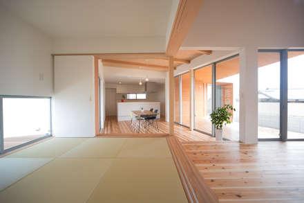 Salas multimédia ecléticas por 株式会社田渕建築設計事務所
