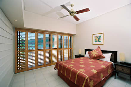 Bedroom Plantation Shutters: tropical Bedroom by TWO Australia