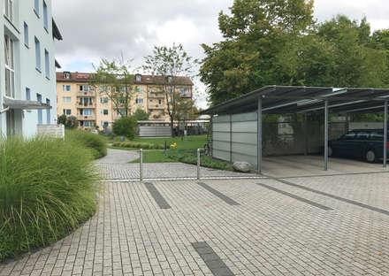 Innenhof mit Carport:  Carport von Clemens Fauth Landschaftsarchitekten