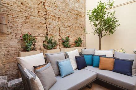 Reforma en el barrio Gótico: Terrazas de estilo  de Isa de Luca