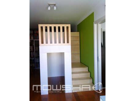 Vista da estrutura com o berço no topo. As escadas de acesso ao berço tem arrumação nos degraus.: Berçários  por Mowsha tek Design Lda