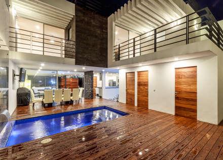 Casa Cumbres del Zamorano: Albercas de estilo moderno por SANTIAGO PARDO ARQUITECTO