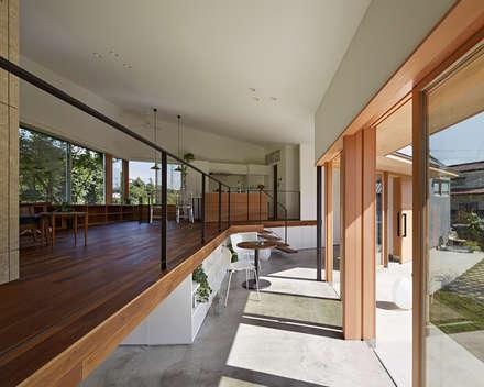 上川原の家: arc-dが手掛けた玄関・廊下・階段です。