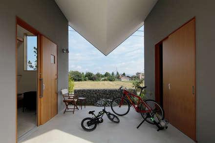阿左美のいえ: arc-dが手掛けた廊下 & 玄関です。