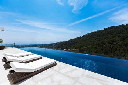 Casa en ladera: Piscinas infinitas de estilo  de CONCEPTO PROYECTOS DE ARQUITECTURA