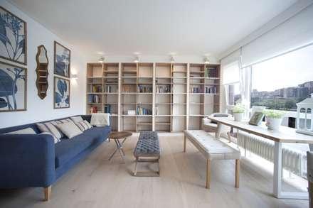 Reforma de vivienda en madera, blanco y tonos azules: Salones de estilo clásico de Sube Susaeta Interiorismo