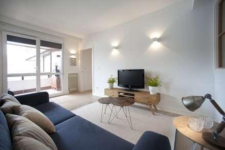 Reforma de vivienda en madera, blanco y tonos azules: Salas multimedia de estilo clásico de Sube Susaeta Interiorismo - Sube Contract Bilbao