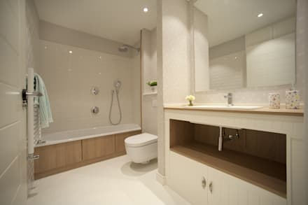 Reforma de vivienda en madera, blanco y tonos azules: Baños de estilo clásico de Sube Susaeta Interiorismo - Sube Contract Bilbao