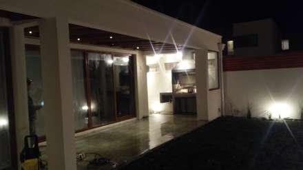 Terraza techada y Quincho: Terrazas  de estilo  por MAS, Montoya Arquitectura Sustentable