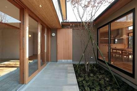 中庭: TEKTON   テクトン建築設計事務所が手掛けた家です。