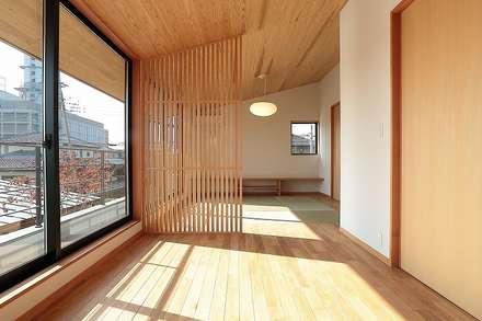 ベッドルーム: TEKTON   テクトン建築設計事務所が手掛けた寝室です。