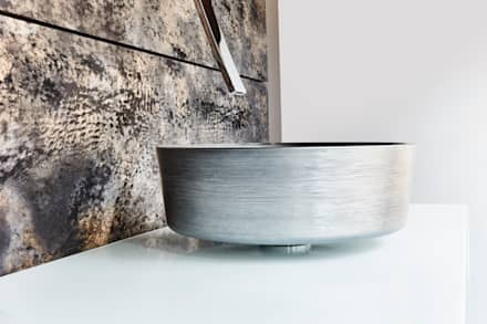Weiches Fell in Kombination mit einer extravaganten Armatur und einem kühl wirkenden Waschbecken:  Hotels von Der Rieger Exclusiv