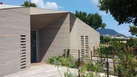 Vista dell'ingresso: Casa di legno in stile  di smellof.DESIGN