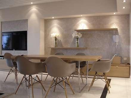 Appartement Cannes californie: Salle à manger de style de style Moderne par Architecture interieure Laure Toury