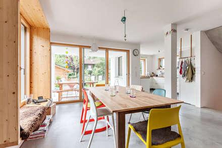 Energieeffizienzhaus Raubling: moderne Esszimmer von Architekturbüro Schaub