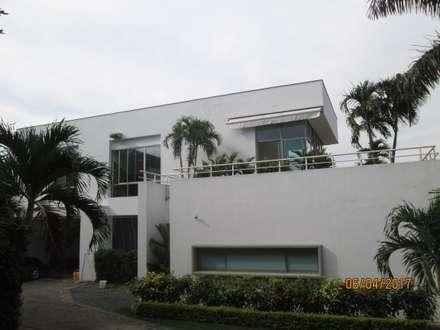 Fachada de la casa: Conjunto residencial de estilo  por CH Proyectos Inmobiliarios