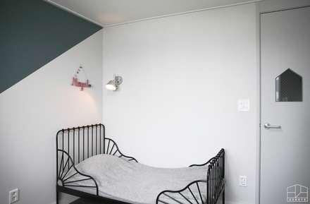 아이방: 홍예디자인의  어린이용 침실