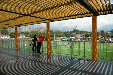 Unidad Deportiva Maria Luisa Calle: Gimnasios  de estilo  por ARQUITECTOS URBANISTAS A+U