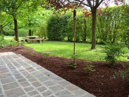 Realizzazione aiuola di erbacee perenni: Giardino anteriore in stile  di Oracio Giardini