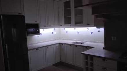 Cozinha Modelo Reto Lacada Branco: Armários de cozinha  por Oliveira e Lucas Lda