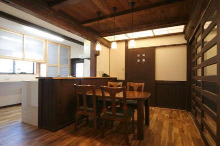 ダイニングキッチン: 株式会社菅野企画設計が手掛けたダイニングです。