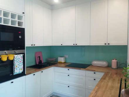 Miętowe szkło na ścianie: styl , w kategorii Kuchnia zaprojektowany przez RED design