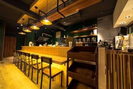 古早日式設計氛圍_新莊茶飲:  牆壁與地板 by 春瑾室內裝修有限公司