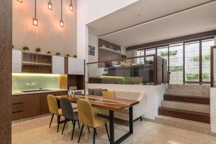 Budisari Residence:  Ruang Makan by ARCHID