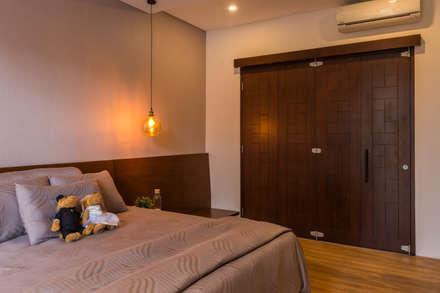 Budisari Residence:  Kamar Tidur by ARCHID