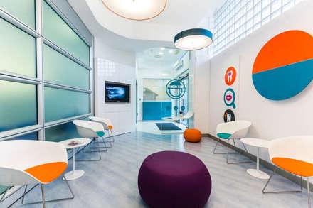 sala da aspetto: Cliniche in stile  di ADIdesign*  studio