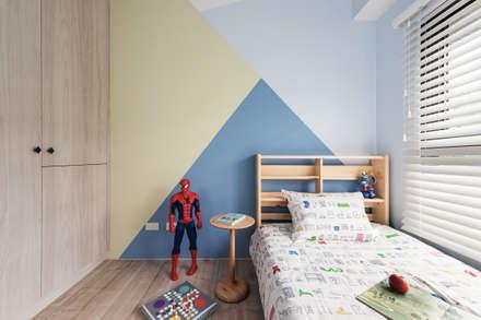 Dormitorios de estilo  por 寓子設計