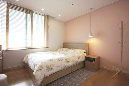 핑크 포인트 새아파트 신혼집 홈스타일링: homelatte의  침실