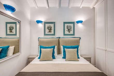 VILLINO (PORTO ERCOLE - GR): Camera da letto in stile in stile Classico di Studio Guerra Sas