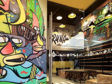 Detalle de graffiti en el ingreso: Oficinas y Tiendas de estilo  por SXL ARQUITECTOS