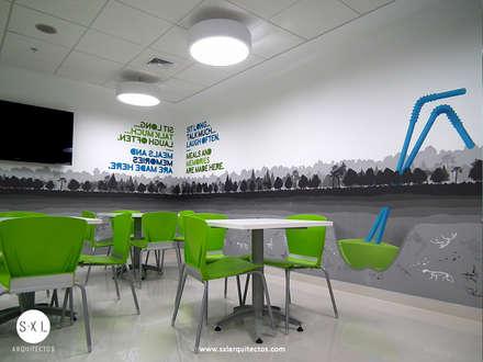 Oficinas Pacific Rubiales Energy: Comedores de estilo moderno por SXL ARQUITECTOS
