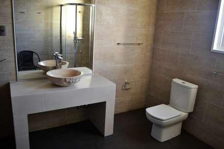 Casa Muelle: Baños de estilo mediterraneo por Casas Metal