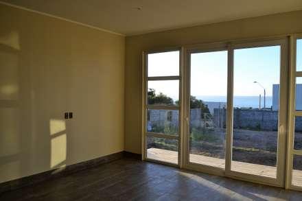Casa Muelle: Paredes y pisos de estilo mediterraneo por Casas Metal