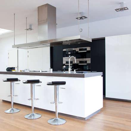 keukeneiland:  Keukenblokken door Archstudio Architecten | Villa's en interieur