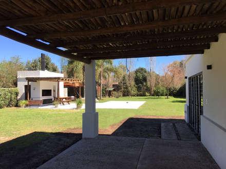 Casa Soljan: Jardines de estilo mediterraneo por Estudio Victoria Suriguez