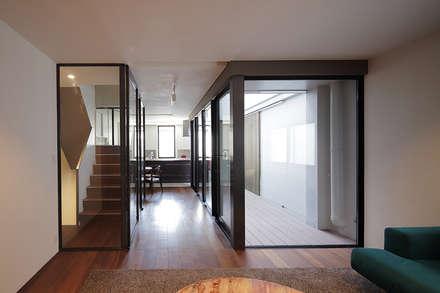 西宮のリノベーション: 藤原・室 建築設計事務所が手掛けたリビングです。