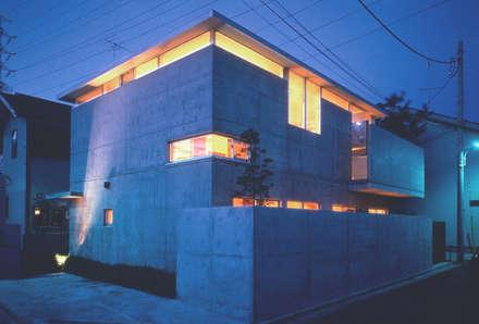 ハイサイドライトから光が漏れる外観: 根岸達己建築室が手掛けた家です。