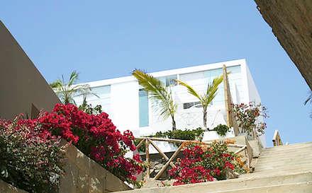 Vista de la Fachada / Facade view: Casas unifamiliares de estilo  por Lores STUDIO. arquitectos