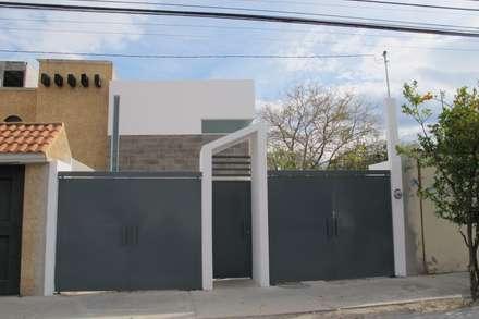 Puertas de garaje de estilo  de ÖQ Arquitectos