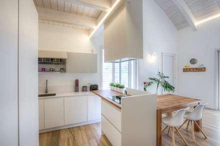 Casa in legno Villa Paloma: Cucina in stile in stile Moderno di Progettolegno srl