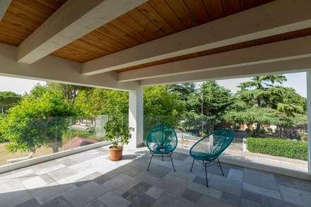 Casa in legno Villa Paloma: Terrazza in stile  di Progettolegno srl