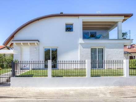 Casa in legno Villa Paloma: Case in stile in stile Moderno di Progettolegno srl