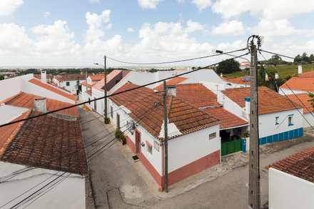 Casa com Três Pátios: Casas mediterrânicas por EXTRASTUDIO