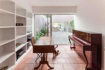 Casa com Três Pátios: Escritórios e Espaços de trabalho  por EXTRASTUDIO